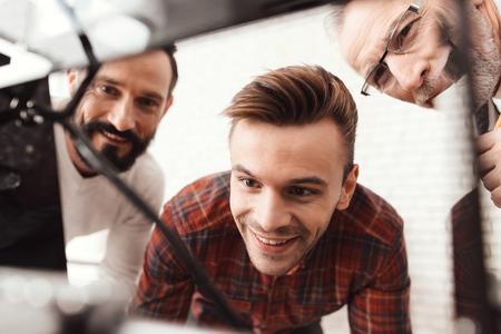 3 人の男性は、フォームを印刷する自作の 3 d プリンターを設定します。彼らは最初の時間のためのデバイスを起動する準備をしています。 写真素材 - 90223427
