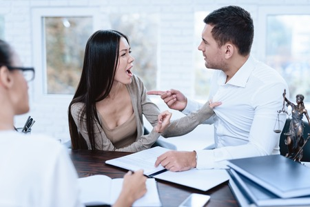 The couple went to a lawyer to conclude an agreement on the divorce. Stok Fotoğraf - 90426635
