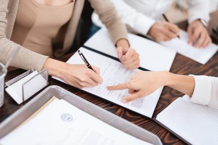 Das Paar ging zu einem Anwalt, um eine Vereinbarung über die Scheidung zu treffen. Sie streiten und streiten miteinander. Rechtsanwalt bereitet Dokumente vor.