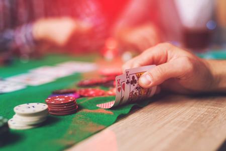 ポーカープレーヤーは自分のカードを見ます。