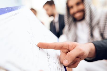 아랍 사업가 그의 비즈니스 파트너와 비즈니스 거래를 논의하고있다.