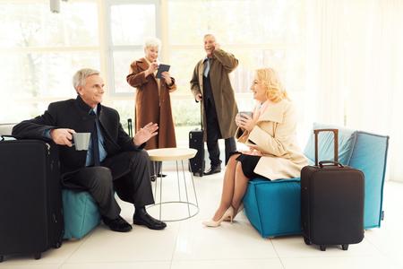 空港ラウンジの老夫婦。彼らは、スーツケースと待合室。