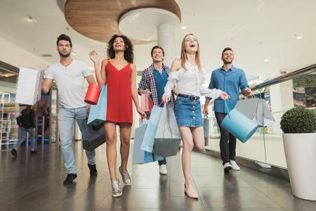 검은 금요일에 판매. 젊은 사람들의 회사는 검은 금요일에 쇼핑을하고 있습니다.