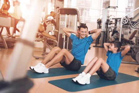 아빠와 아들 체육관에서 같은 옷을 입고. 아버지와 아들 건강한 생활을 리드.