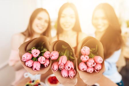 세 여자애들이 3 월 8 일에 그 연휴를 축하한다.