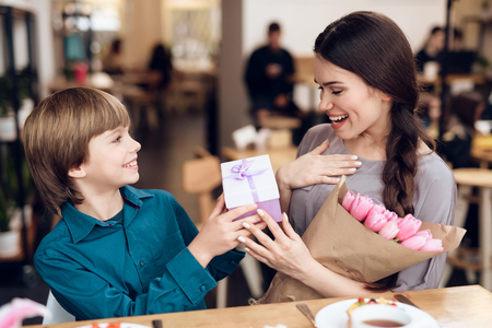 The son congratulates his mother on the 8th of March. Banco de Imagens