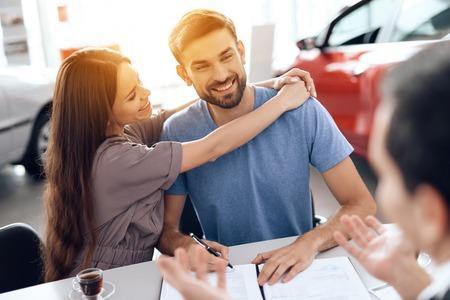 Eine junge Familie kam in den Autosalon, um sich ein neues Auto auszusuchen.