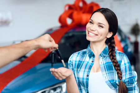 A man makes a gift - a car to his wife. Stockfoto