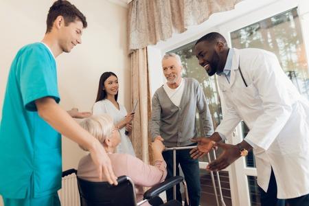 Der Doktor spricht mit einer älteren Frau in einem Pflegeheim Standard-Bild