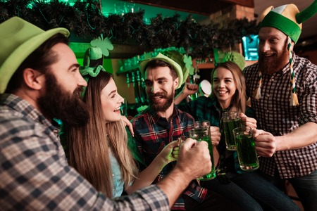 Het gezelschap van jongeren viert St. Patricks Day. Stockfoto