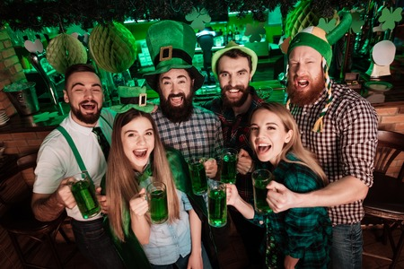 The company of young people celebrate St. Patricks Day. Archivio Fotografico