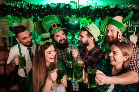 The company of young people celebrate St. Patricks Day. Foto de archivo
