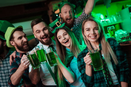 A company of young people is resting in a beer bar. Stockfoto