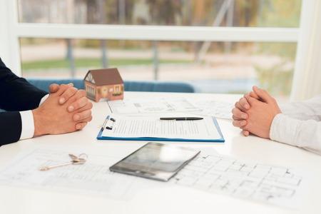 부동산 중개업자와의 부동산 구매 계약의 결론. 계약 및 부동산 초안의 근접 사진입니다. 스톡 콘텐츠