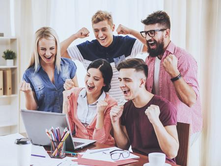 Gruppe junger Leute, die im modernen Büro arbeiten. Diskussion neuer Ideen. Arbeiten im Office-Konzept. Präsentation am Arbeitsplatz. Modernes Büro. Erfolg im Geschäftskonzept. Unternehmenskonzept.