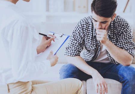 Depressiver melancholischer Mann, der mit dem Therapeuten spricht, während sie Notizen macht. Gesundheitskonzept. Sitzung der Psychotherapie im medizinischen Raum in der Klinik. Professionelle psychologische Hilfe im Diagnosezentrum. Standard-Bild - 104541485