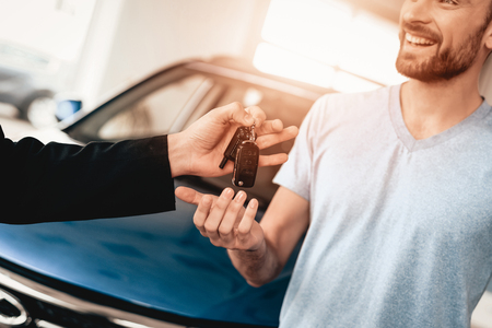 Showroom Dealer The Gives Car Keys To The Buyer. Dialogue With A Dealer. Cheerful Customer. Automobile Salon. Make A Decision. End Of A Deal. Good Offer. New Buying. Business Trade. 스톡 콘텐츠