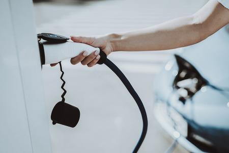 Autokabel stekker in een stopcontact. Auto laadstation Concept. Innovatietechnologie. Nieuwe generatie Electro Hybrid Vehicle-plug-in. Ecologie laadstation. Futuristische kracht.