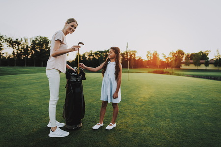 Happy Young Family Relax on Golf Field in Summer. Relaxing in Golf Club. Sports in Summer. Outdoor Fun in Summer. Family Fun. Healthy Lifestyle Concept. Little Girl. Green Grass. Foto de archivo - 108124808