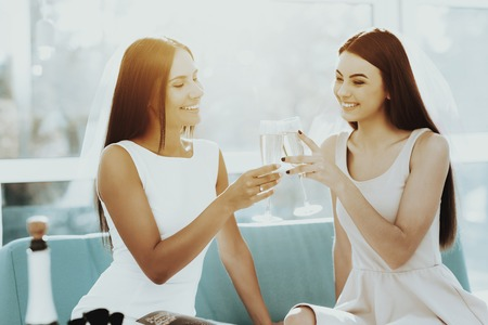Girls Are Drinking Champagne Before Hen-Party. Pre-wedding Concept. Beautiful Shiny Smile. Resting With Bride. Sunny Day. Good Mood. Young And Attractive. Happy Holiday. Long Hair. Stok Fotoğraf - 109558393
