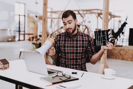 Laptop. Speaker. Movie Clapper. Ideas. Light. Glasses. Comfortable. Project. Sit. Brainstorm. Young Guy. Businessman. Work. Office. Creative Worker. Businesspeople. Workplace. Inspiration. Foto de archivo - 109389784
