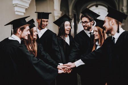 Buen humor. Mantos. Divertirse. Amistad. Grupo de estudiantes. En pie. Corredor. Universidad. Gente joven. Lanza libre. Conocimiento. Arquitectura. Universidad. Estudiantes. Estudiar juntos.
