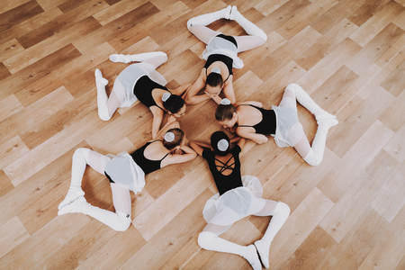 Ballet Training of Group of Young Girls on Floor. Banque d'images