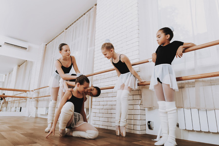 Ballet Training of Group of Young Girls Indoors. Reklamní fotografie - 112540003