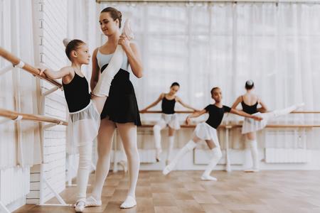 Ballet Training of Group of Girls with Teacher. Foto de archivo - 112540014