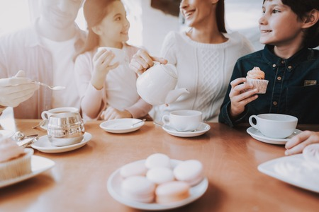 Cute Relationship. Cupcake. Drink Tea. Happy Together. Family Holiday. Good Relationship. Eat Cakes. Mom. Dad and Daughter. Leisure Time. Tea. Celebration. Young Family. Gifts for Mother. Reklamní fotografie