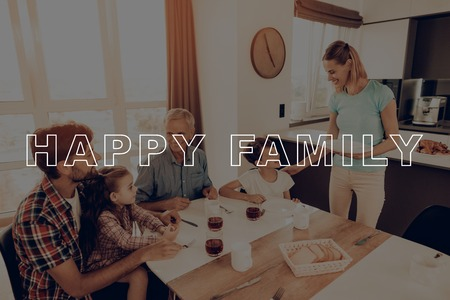 Big Family. Dinner Table. Cups of Tea. Woman. Plate. Blue Shirt. Holiday. Happy Family. Thanksgiving Day. Traditional Dinner. Have Fan. Together at Home. Autumn Feast. Celebrating Holiday. Delicious Food. Banque d'images