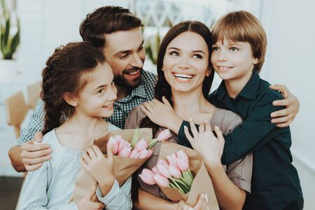 Family and Father Love Girls. Care Father. Happy with Father. Happy Time with Happy Family. Flowers for all Family Day. Romantic and Happy Holiday. Lifestyle and Good Time Together. Love in Family. Banco de Imagens