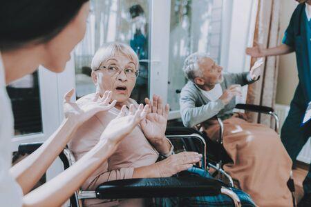 Very Emotional Talk. Elderly People Very Frightened. Medical Workers Argue with Elderly Couple. Pensioner Sitting in Wheelchair. Standard-Bild