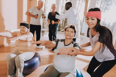 People do Exercises Fitness Balls. Patient in Sport Uniform. Active Retiree Nursing Home. Instructor Show Exercises. Elderly People Engaged. Therapeutic Gymnastics. Standard-Bild