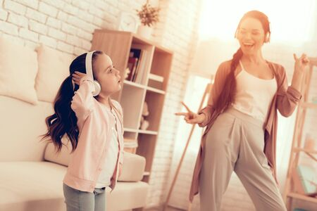 Mother Have Fun with Daughter. Kids Home Games. Learning at Home. Child Development. Mom and Daughter Sing. Girl in Headphones Dancing. Happy Mom and Child in Pajamas. Standard-Bild