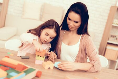 Mother Teaches Daughter. Modern Learning for Children. Cubes on Table. Zdjęcie Seryjne