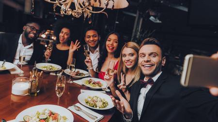 Réunion d'hommes d'affaires de groupe d'entreprise au restaurant. Hommes d'affaires ayant une réunion dans un restaurant intérieur. Les gens d'affaires du groupe reçoivent une commande au restaurant. Entreprise, concept de collaboration. Faites des selfies.