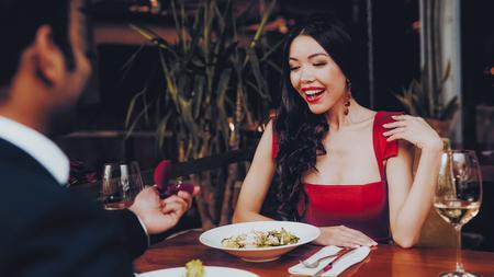 Uomo bello ispanico che propone alla ragazza. Coppia romantica in amore Incontri. Cutel uomo e ragazza in un ristorante. Concetto romantico. Donna attraente sorpresa che ottiene una proposta di matrimonio.