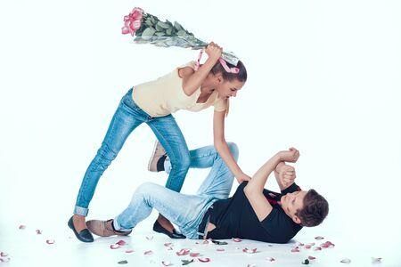 Woman Fight Adulterous Boyfriend with Flowers. Foto de archivo