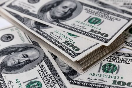Stapel van honderd-dollarbiljetten close-up. Stockfoto
