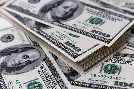 Stos z bliska stu dolarów rachunki. Zdjęcie Seryjne