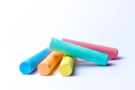 gessetti in una varietà di colori disposti su uno sfondo bianco Archivio Fotografico