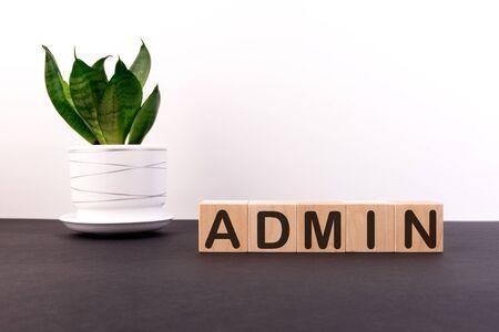 Mot ADMIN construit avec des cubes de lettres sur un tableau noir Banque d'images