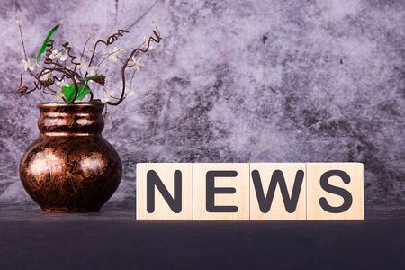 Wooden news sign on cubes on a grey background 版權商用圖片