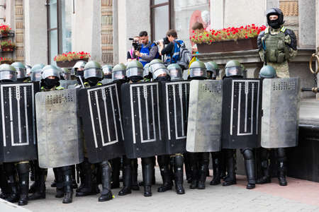 Minsk, Belarus - September 20, 2020: an elite police officer protects the area from protesters. Archivio Fotografico - 156131295