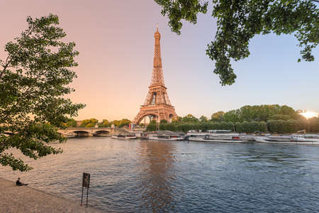 View Eiffel tower on the beautiful sunset in Paris France Zdjęcie Seryjne