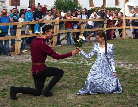 vestido medieval: Kamyanets-Podilsky-2 de junio: Los jóvenes bailando durante Forpost (The Outpost) Festival de la Cultura Medieval 2 de junio de Ucrania Editorial