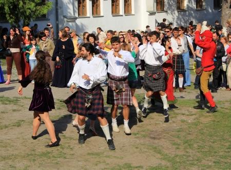 highlander: Kamyanets-Podilsky-02 de junio: Los jóvenes que bailan durante Forpost (The Outpost) Festival de la Cultura Medieval el 2 de junio, Ucrania Editorial