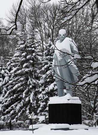 politican: KMELNYTSKY, UKRAINE - DECEMBER 13: Monument to Lenin (Vladimir Ulyanov) in winter park. December 13, 2012 , Khmelnytsky, Ukraine Editorial