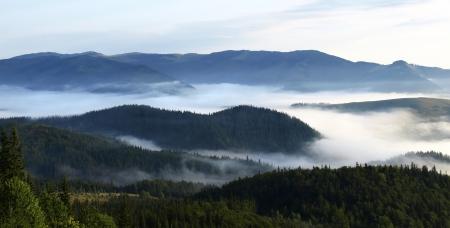 Volley brumeux dans les montagnes Ukraine photo
